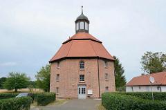 Kleine Kirche von Oranienbaum, geweiht 1752 - 1920 zu einem Wohnhaus umgebaut.