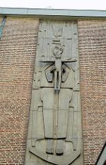 Relief an der Fassade der katholischen St. Marien Kirche in Hamburg Bergedorf; geweiht 1967 - Architekt Cornelius Karg.