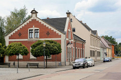 Backsteinarchitektur in der Brauerstraße von Oranienbaum - Geschäftshäuser / Wohngebäude mit Einzelhandel.