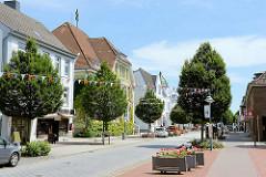 Geschäftsstraße in Brunsbüttel - historische + neue Architektur in der Koogstraße.