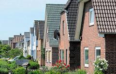 Siedlung mit Einzelhäusern und Vorgärten - Wohnhäuser in Brunsbüttel.