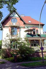 Jugendstilvilla mit floralem Fries - Villa im Villenviertel von Hamburg Bergedorf; Ende des 19. Jahrhunderts wurde begonnen, das sogenannte Villenviertel zu bebauen - wohlhabende Hamburger und Bergedorfer Bürger ließen dort ihre repräsentativen Wohnh