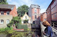 Füssgängerbrücke über die Trave - Wohnhäuser am Mühlenplatz in  Bad Oldesloe.