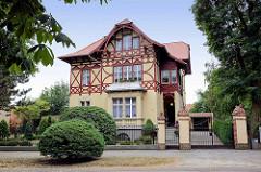 Villa im Heimatstil - Fachwerk im Obergeschoß; Architektur in Oranienbaum.