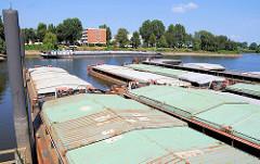 Schuten, Arbeitsschiffe / Leichter mit abgedecktem Laderaum im Peutehafen, Hamburg Veddel.
