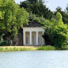 Nymphaeum im Görlitzer Park;  Nymphenheiligtum, gewöhnlich über einem Brunnen oder einer Quelle errichtet. Meist sind Nymphäen halbkreisförmige Gebäude in Säulenarchitektur.