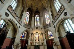 Innenansicht der Schlosskirche von Lutherstadt Wittenberg - Hochaltar und Fenster mit Glasmalerei.