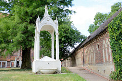 Areal, ehem. Friedhof bei der St. Petri Kirche in Wörlitz.