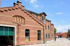 Restaurierte und neu genutzte Industriearchitektur / Ziegelgebäude an der Dessauer Straße in der Lutherstadt Wittenberg; roter Ziegel mit gelben Ziegelbändern.