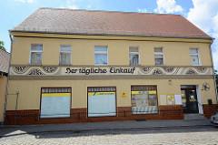 Lebensmittelgeschäft, Der tägliche Einkauf - HO Geschäft, Logo Konsum am Eingang in Wörlitz.