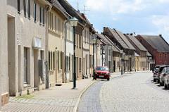 Einstöckige Wohnhäuser mit Satteldach.