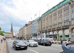 Flaniermeile Jungfernstieg in der Hamburger Neustadt / Kaufhaus Alsterhaus - im Hintergrund die St. Petrikirche in der Altstadt.