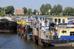 Schubschiffe im Peutehafen - Hamburg Veddel.