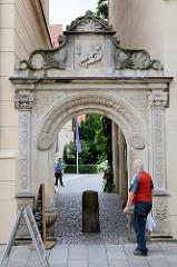 Eingang / Portal am Universitätsgebäude / Collegium Fridericianum  in Lutherstadt Wittenberg. Knabe mit Totenschädel, Sanduhr - Inschirft Hodie mihi, cras tibi. Bedeutung: Heute mir, morgen dir.