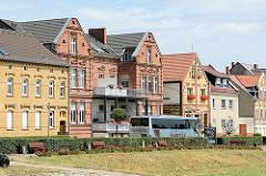 Backsteinhäuser mit roten und gelben Ziegeln am Hafen der Lutherstadt Wittenberg.