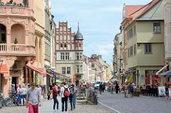 Blick vom Markt der Lutherstadt Wittenberg in die Schlossstrasse; Fussgänger.