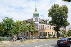 Gründerzeitarchitektur - Ziegelfassade, Erkerturm mit Kupferkuppel - Architektur in Lutherstadt Wittenberg.