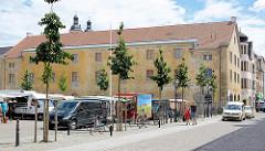 Historischer zweistöckiger historischer Langbau an der Juristenstraße / Scharrenstraße in Lutherstadt Wittenberg; Wochenmarkt.