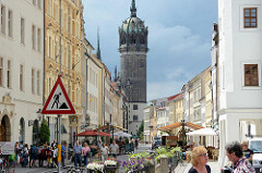 Blick durch die Schlossstraße in Lutherstadt Wittenberg zum Kirchturm der Schlosskirche.