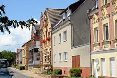 Wohnhäuser am Hafen der Lutherstadt Wittenberg; Backsteinarchitektur und Wohnhaus mit glatter Putzfassade.