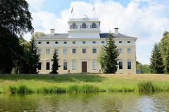 Schloss Wörlitz, Grundungsbau des deutschen Klassizismus - Baumeister war Friedrich Wilhelm von Erdmannsdorff.