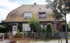 Wohnhaus / Doppelhaus mit abgerundeten Mansarddach in Lutherstadt Wittenberg.