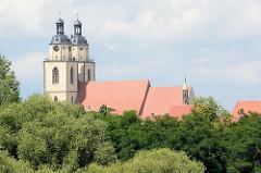 Kirchtürme und Dach der Stadtkirche St. Marien in der Lutherstadt Wittenberg.