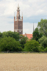 Kirchturm / Bibelturm der St. Petri Kirche in Wörlitz. Die Ende des 12. Jahrhunderts errichtete ursprünglich romanische Kirche wurde unter Fürst Franz von Anhalt-Dessau zwischen 1804 und 1809 im neugotischen Stil umgebaut.