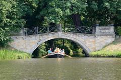 Steinbrücke / Wolfsbrücke über den Wolfskanal im Wörlitzer Park - Ruderboot / Gondel.