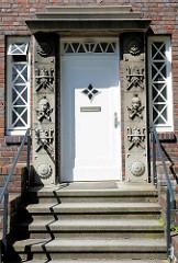 Eingang mit Dekorelementen - Expressionistische Backstein-Villa in Hamburg Groß Borstel.