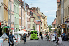Blick vom Markt der Lutherstadt Wittenberg in die Schlossstrasse; touristische Bimmelbahn - Stadtrundfahrt für BesucherInnen der Stadt..