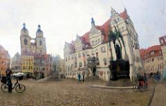 Spiegelung der Gebäude am Marktplatz der Lutherstadt Wittenberg.