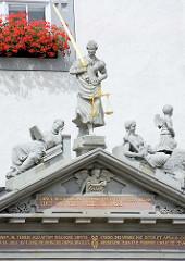 Eingang - Portal mit Figurenschmuck; Rathaus Lutherstadt Wittenberg - Justitia mit Schwert und Waage.
