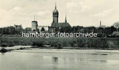 Historische Ansicht über die Elbe nach Wittenberg zur Schlosskirche und Schloss.