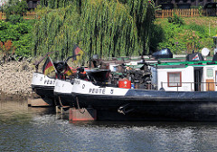 Binnenschiffe liegen im Peutehafen auf der Hamburger Veddel.