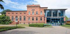 Historisches Verwaltungsgebäude - Backsteinarchitektur; Sitz der AOK; Anbau / Neubau.
