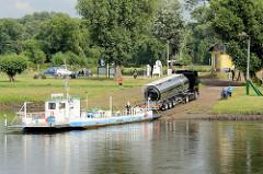 Elbfähre über die Elbe in Coswig / Anhalt; die Gierseilfähre hat einen Tanklastzug über den Fluss gebracht.