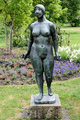 Skulptur Badende; nackte Frau mit Handtuch in der Grünanlage bei der Schlosskirche von Lutherstadt Wittenberg.