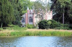 Blick über den Wörlitzer See zum Gotischen Haus -  1773–1813 nach den Plänen von Erdmannsdorff und Baudirektor Georg Christoph Hesekiel im neogotischen Stil erbaut.