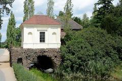 Der Eisenhart ist ein aus Raseneisenstein errichtetes Gebäude am Wörlitzer Park -  überbrückt aber zugleich den Kanal. Auf dem Eisenhart stehen der Südseepavillon und der Bibliothekspavillon (1783/84), die von Friedrich Wilhelm von Erdmannsdorff entw