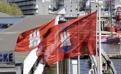 Hamburg Flagge / Fahne vom Hamburger Hafen -  Hafenflagge / Admiralitätsflagge an der Überseebrücke.