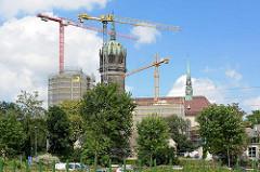 Blick über die Elbe zur Lutherstadt Wittenberg, Kirchturm der Schlosskirche und Schlossturm mit Baugerüst; Restaurierung und Neubau des zerstörten Südflügels des Schlosses.