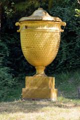 Goldene Urne im Wörlitzer Park - aufgestellt von Fürst Leopold III. Friedrich Franz von Anhalt-Dessau zur Erinnerung an die totgeborene Tochter des Fürsten.