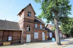 Leerstehendes Bahnhofsgebäude von Wörlitz - das Empfangsgebäude steht unter Denkmalschutz.