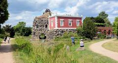 Villa Hamilton liegt am Fuß des künstlichen Vulkans auf der Insel Stein im Wörlitzer Park. Der Fürst widmete den Bau der Freundschaft mit dem Geologen und englischen Gesandten am Hof des Königs von Neapel, Sir William Hamilton (1730–1803), der Gastge