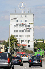 Bürogebäude mit Mercedesstern auf dem Dach / Stern-Haus - Billhorner Brückenstraße in Hamburg Rothenburgsort, Ampel / Straßenverkehr.