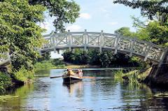 Weiße Brücke / Chinesische Brücke über den Wolfskanal im Wörlitzer Park - Holzbogenbrücke / Ruderboot.