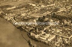 Historische Luftaufnahme von der Stadt Coswig / Anhalt - Blick auf das Schloss und Elbufer.