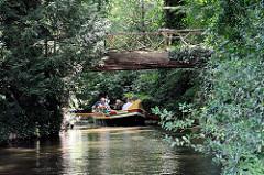 Holzbrücke im Wörlitzer Park - die Brückenträger sind zwei dicke Baustämme.