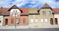Doppelhäuser mit unterschiedlicher Fassadengestaltung, erbuat 1902.